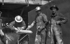 muncitori cu casti de protectie din aluminiu
